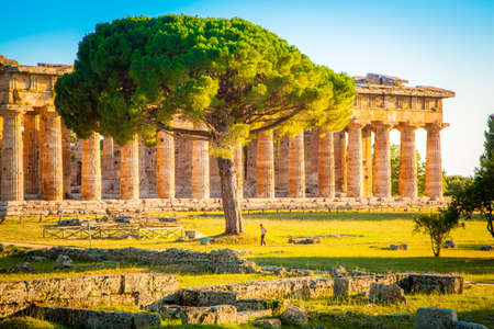 Paestum Temples Archaeological UNESCO World Heritage Site at sunset, Province of Salerno, Campania, Italy 免版税图像 - 150567642