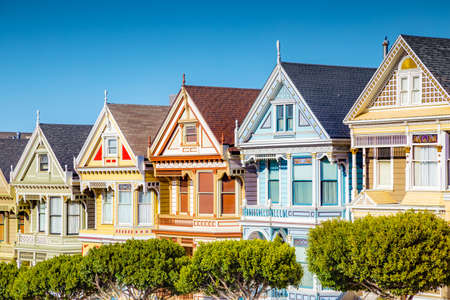 Classic postcard view of famous Painted Ladies, a row of colorful Victorian houses located near scenic Alamo Square, on a beautiful sunny day with blue sky in summer, San Francisco, California, USA 免版税图像 - 150931009