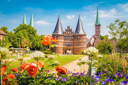 Classic postcard view of the historic town of Lübeck with famous Holstentor gate in summer, Schleswig-Holstein, northern Germany 免版税图像