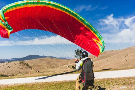 Man landing with paraglider Imagens - 105099152