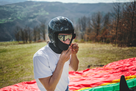 Preparations for flight take off with paraglider Imagens - 105106875
