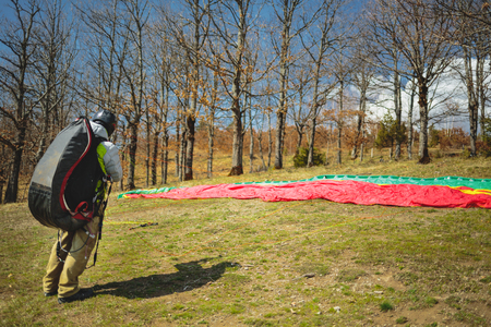 Preparations for flight take off with paraglider Imagens - 105106884