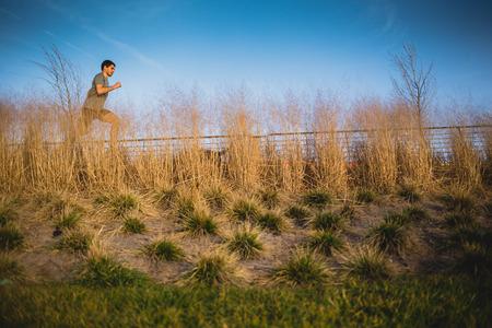 Male runner jogging on a riverside Imagens - 104975306