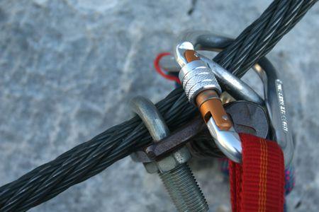 moschettone: Carabiner arrampicata su una corda di acciaio - via ferrata