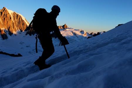 pin�culo: Deportes de monta�a - silueta de un escalador con pinnacle rocoso en segundo plano
