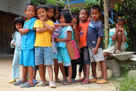 Mamasa, INDONÉSIE - 24 juillet: Groupe d'enfants indonésiens posant devant leur maison le 24 Juillet 2011 à Mamasa, Indonésie Banque d'images - 10912074