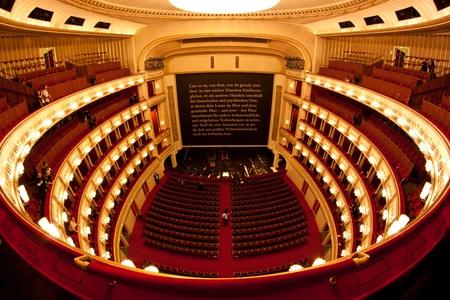 Interieur van de opera van Wenen (Staatsoper). Fisheye uitzicht. Redactioneel
