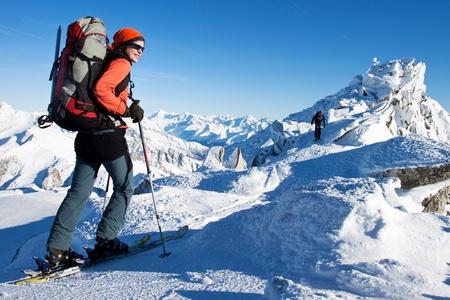 Jonge vrouw doet langlaufen in de winter Alpen