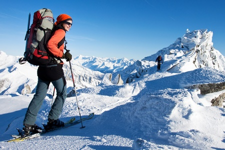 Touring: MÅ'oda kobieta robi tournee narciarski zimÄ… Alpach Zdjęcie Seryjne