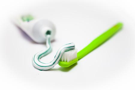 pasta dental: Cepillo de dientes y pasta de dientes aislados en blanco Foto de archivo
