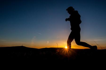 hombres corriendo: Silueta de un hombre corriendo al amanecer