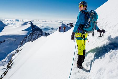 escalando: Mujer joven disfrutando de la vista durign subida de montaña