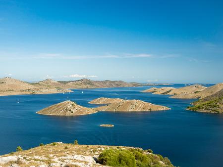 Vista panorâmica aérea das ilhas na Croácia com muitos iates de vela entre, paisagem do parque nacional Kornati no mar Mediterrâneo Foto de archivo - 87914631