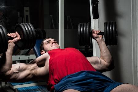 junge Bodybuilder tun Bankdrücken für die Brust