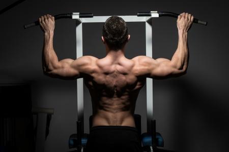 jungen männlichen Bodybuilder tun schwere Übung