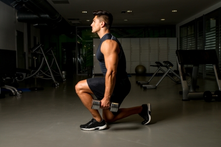 Fitness-Workout mit Kurzhantel Ausfallschritt