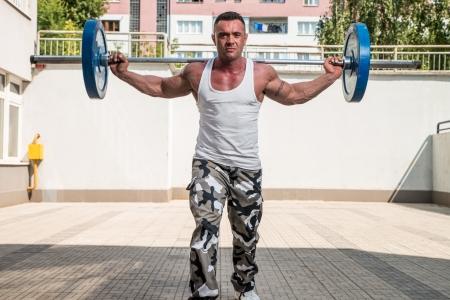 lunges: Hombre estocadas ejercicio con pesas