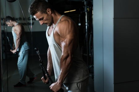 hombres haciendo ejercicio: Triceps Workout Pulldown