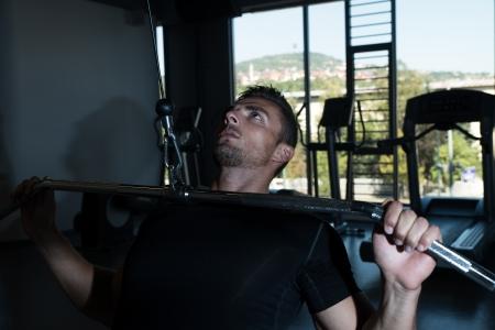 Bodybuilder que hace Heavy Weight ejercicio para Volver