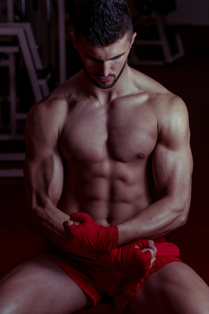 Muskulös MMA Kämpfer feiert seinen Sieg