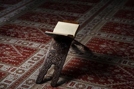 Koran heilige Buch der Muslime in der Moschee