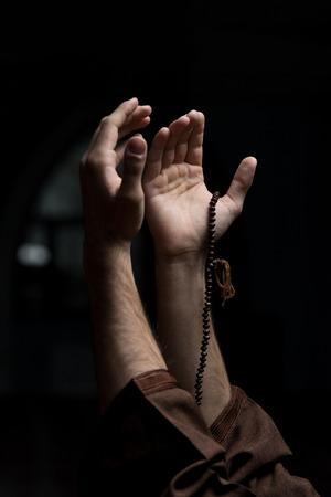 Hände, die eine muslimische Rosenkranz in Moschee Standard-Bild