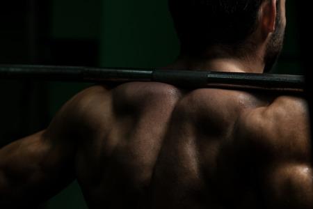 Giovane Esecuzione bilanciere Squat - One Of The Best Body Building Esercizio Gambe