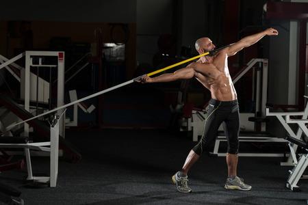 lanzamiento de jabalina: Maduro Atleta Masculino Practicar lanzar una jabalina