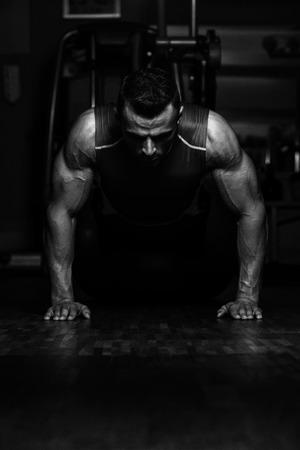 Junge Athleten tun Liegestütze als Teil Bodybuilding Trainings