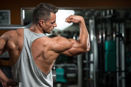 muskeltraining: Portrait Of A Young Man K�rperlich Fit - Muskeln zeigen