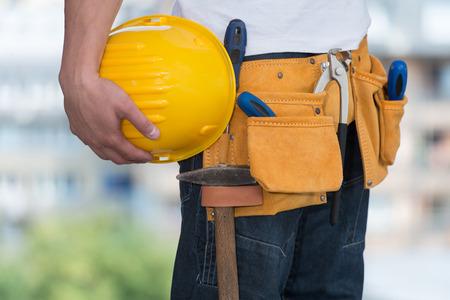 tools construction: Close-Up Of Hard Hat Holding Por Trabajador de construcci�n Foto de archivo