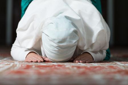 mujer rezando: Mujer musulmán joven que ruega en la mezquita