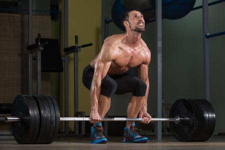 Männliche Athlet Fitnesshebeheben in der Turnhalle Lizenzfreie Bilder