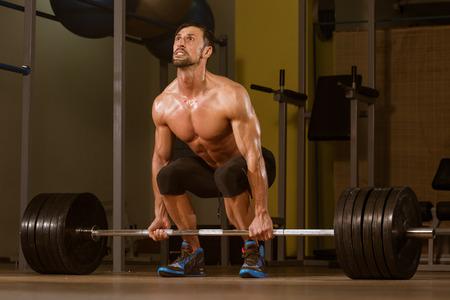 Männliche Athlet Fitnesshebeheben in der Turnhalle Standard-Bild