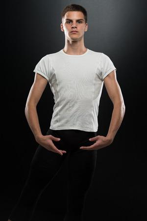 ballet hombres: Masculino hermoso del bailar�n de ballet en un fondo Negro Foto de archivo