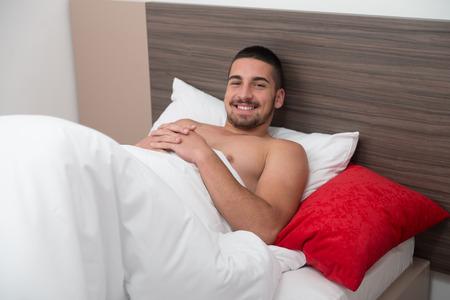 beau jeune homme: Beau jeune homme dans son lit