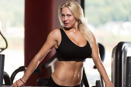 fille sexy: Sexy Blonde femme posant dans le gymnase