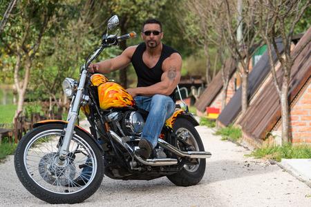 fitness men: Biker Hombre Bodybuilder se sienta en una bici