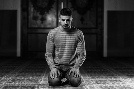 hombre orando: El hombre musulm�n est� orando en la mezquita Foto de archivo