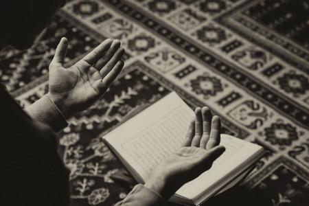 Muslim Man Is Reading The Koran Standard-Bild