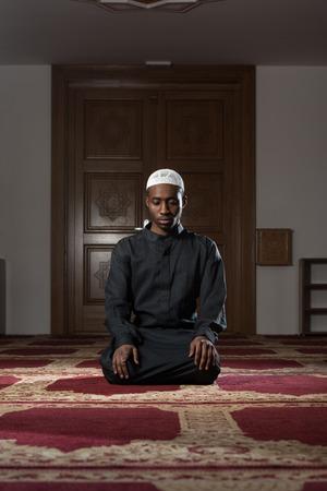 hombre con sombrero: �frica hombre musulm�n oraci�n hacer Tradicional Para Dios mientras llevaba un tradicional Cap Dishdasha