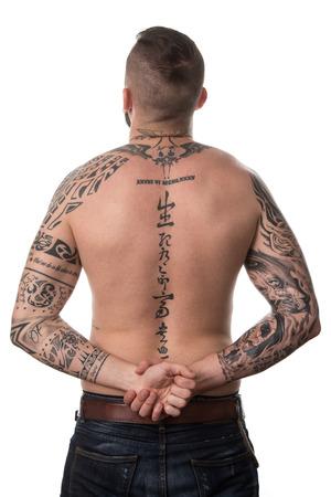 pandilla: Volver Vista posterior tatuada hombre a fondo blanco aislado