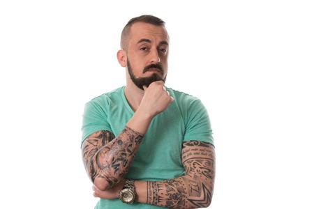 Portrait d'un jeune homme avec un tatouage et de la barbe - isolé sur fond blanc