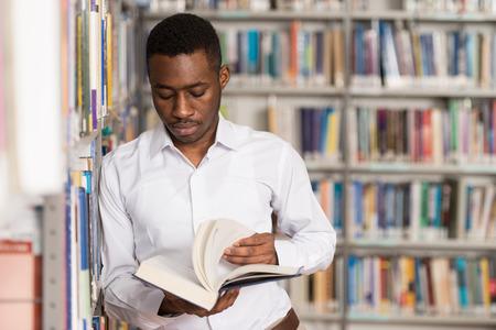 biblioteca: Retrato de un hombre Estudiante universitario en la biblioteca - Profundidad De Campo