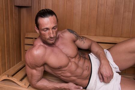 sauna nackt: Gut aussehend und attraktive �lterer Mann mit muskul�sen K�rper Entspannung in der Sauna Hot