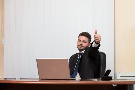Glücklich lächelnde fröhlich Geschäftsmann Mit Daumen Up Geste