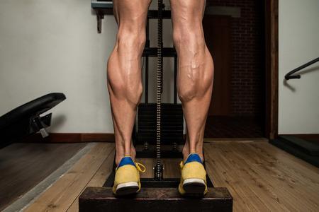 Bodybuilder tun Heavy Weight Übung für die Beine Kälber