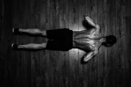 deportista: Atleta saludable haciendo flexiones como parte del entrenamiento de musculación