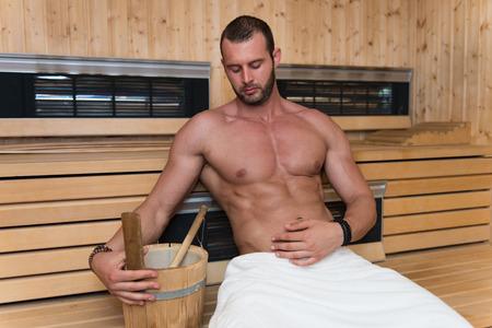 sauna nackt: Gl�cklich gut aussehend und attraktive junge Mann mit den Muskelk�rper Entspannung im Sauna Hot