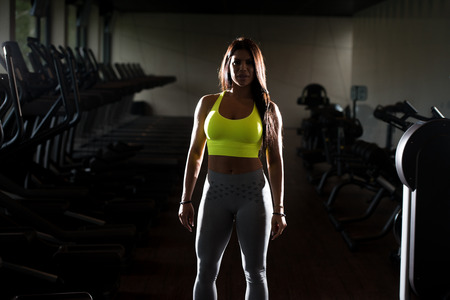 siluet: Portrait Of A Sexy Sporty Mexican Woman In The Gym With Exercise Equipment
